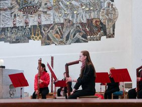 Flötenspielerin im Flötenensemble